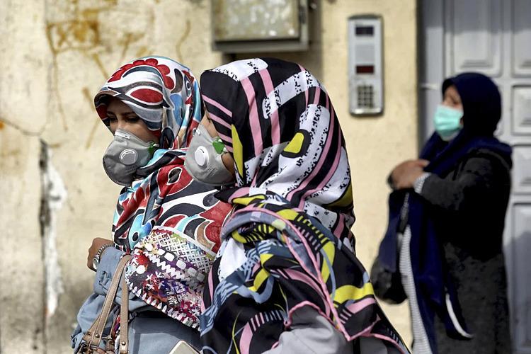 Nhóm phụ nữ đeo khẩu trang chống dịch nCoV. Ảnh: AP.