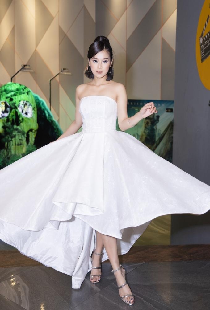 """<p> Tối 27/2, Hoàng Yến Chibi tham dự buổi ra mắt phim điện ảnh """"Cuốc xe nửa đêm"""" tại TP HCM với vai trò nữ chính. Cô xuất hiện trên thảm đỏ với hình ảnh chín chắn, trưởng thành.</p>"""