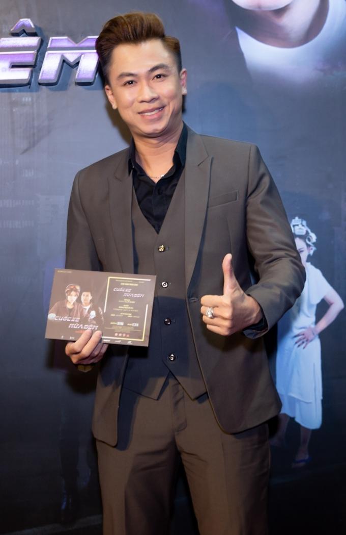 Ca sĩ - diễn viên Hồ Việt Trung đến ủng hộ đoàn phim.