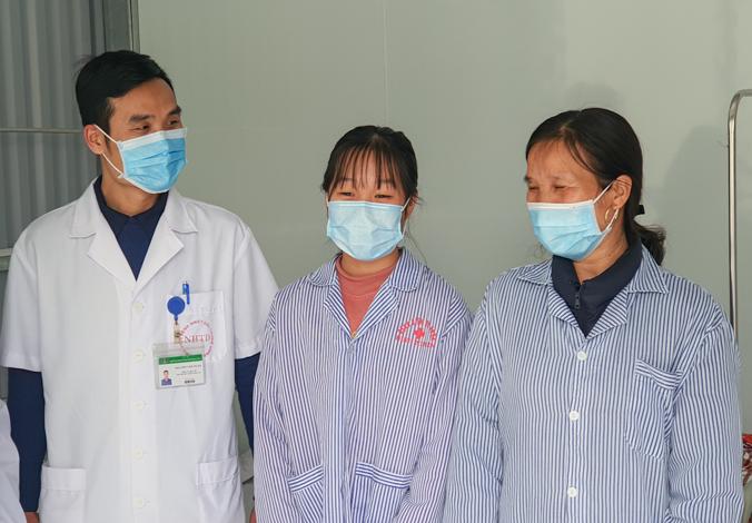Hai mẹ con bệnh nhân nhiễm nCoV được điều trị tại Vĩnh Phúc xuất viện ngày 20/2 sau hai lần xét nghiệm âm tính. Ảnh: Thúy Quỳnh.