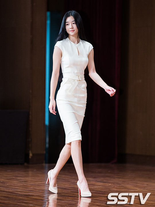 Seo Ye Ji thu hút mọi ánh nhìn trong buổi họp báo nhờ phong cách thanh lịch, hình thể gợi cảm.