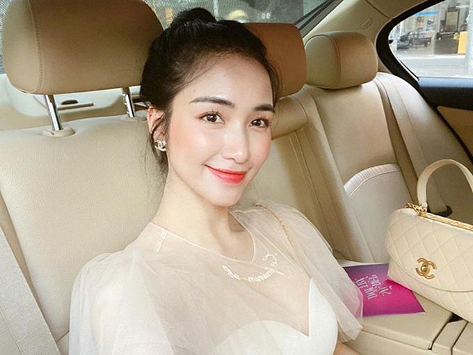 Nhờ trang điểm cao tay, Hòa Minzy không bị lộ những nốt mụn chi chít hai bên má.