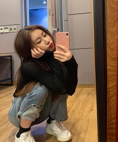 Chae Ryeong (ITZY) làm mặt đáng yêu trước gương.