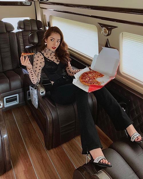 Chỉ với một chiếc bánh pizza, Chi Pu vẫn có shoot hình đầy sang chảnh trên chiếc xe hơi riêng.