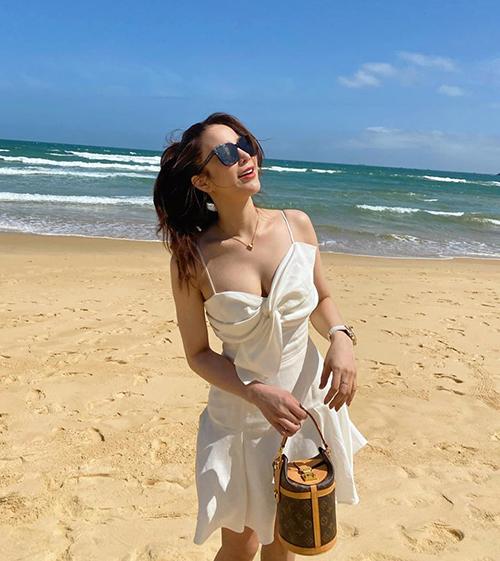 Diệp Lâm Anh khoe vòng một căng đầy trên bãi biển.