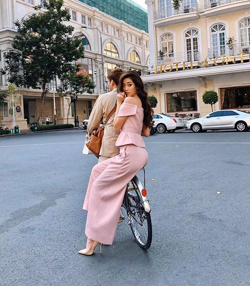 Hoa hậu Khánh Vân khoe được một chàng trai giấu mặt đưa đi chơi bằng xe đạp.