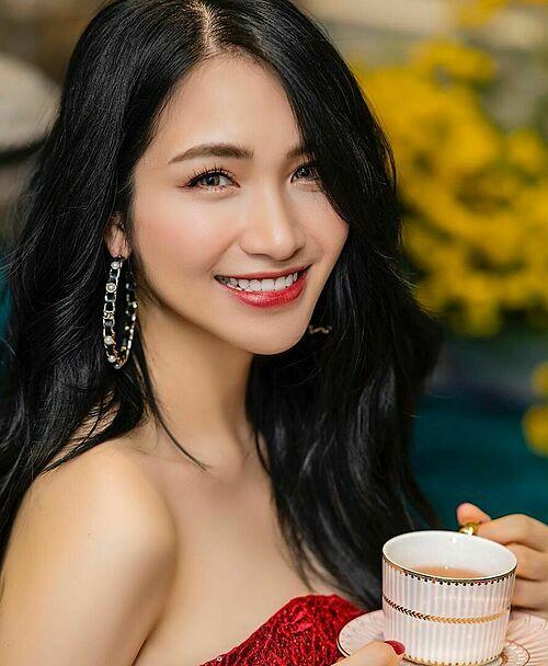 Phấn son và các chiêu chỉnh sửa ảnh giúp gương mặt của người đẹp hoàn toàn không còn dấu hiệu của mụn.