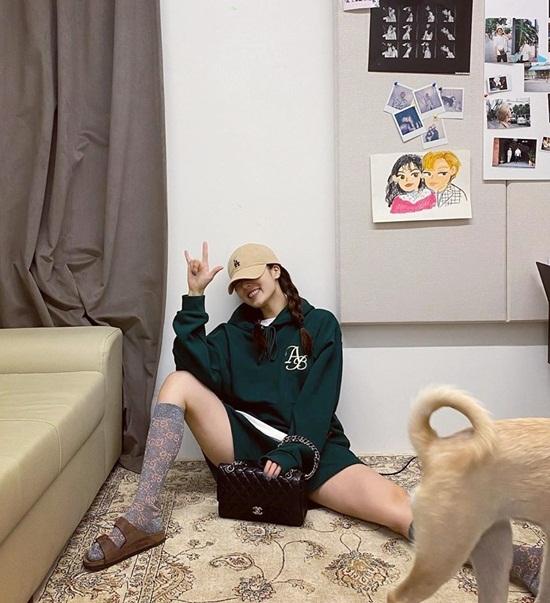 Hyuna có kiểu ngồi dạng chân khó đỡ.