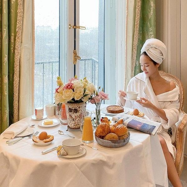 Jessica khoác áo tắm, dùng bữa sáng fancy trong khách sạn.