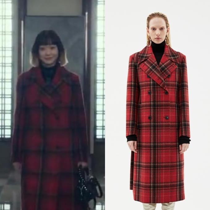 Chiếc áo khoác dài họa tiết kẻ màu đỏ của Andersson Bell có giá 628.000 won (khoảng 12 triệu đồng).