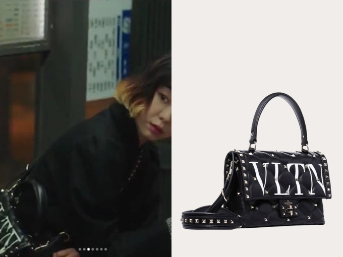 ''Điên nữ'' Yi Seo có lẽ là tín đồ của túi Valentino. Ở tập 5, cô nàng xài túi xách màu đen của hãng có giá2.995 USD (khoảng 70 triệu đồng).