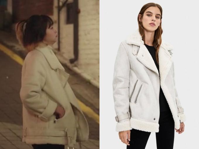 Ở tập 4, Yi Seo mặc áo khoác da lộn màu trắng của nhãn hàng bình dân Zara. Chiếc áo khoác ''bèo'' nhất tủ đồ của ''điên nữ''có giá 79.95 Euro (khoảng 2 triệu đồng).