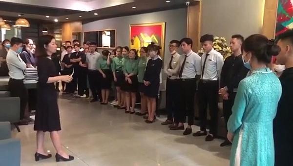 Nữ quản lý chia sẻ trong buổi họp với các nhân viên tại khách sạn.