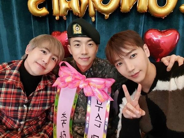 Nich Khun và JunK mừng Woo Young xuất ngũ.