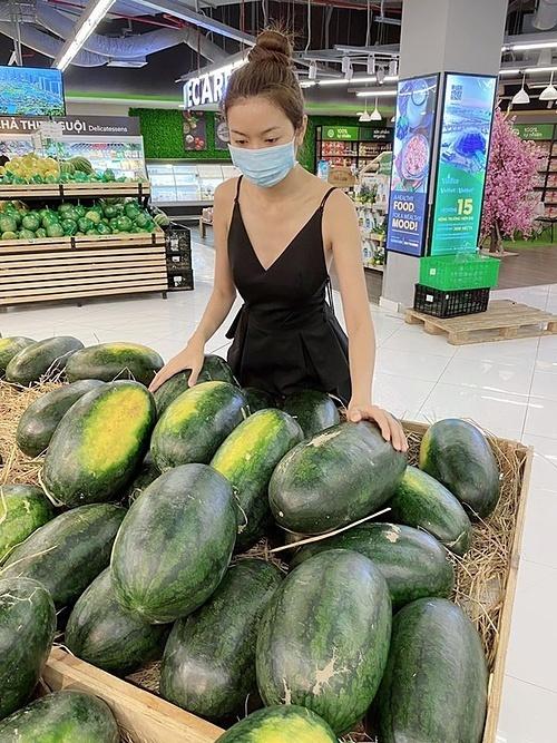 Á hậu Thúy Vânvào siêu thị chọn dưa hấu giữa dịch bệnh để ủng hộ nông dân.