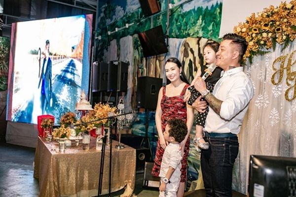 Vợ chồng Tuấn Hưng cùng hai con kỷ niệm 5 năm ngày cưới tại TP HCM hôm 5/4/2019. Tuấn Hưng cho biết, từ khi kết hôn, với anh gia đình luôn là ưu tiên số một.