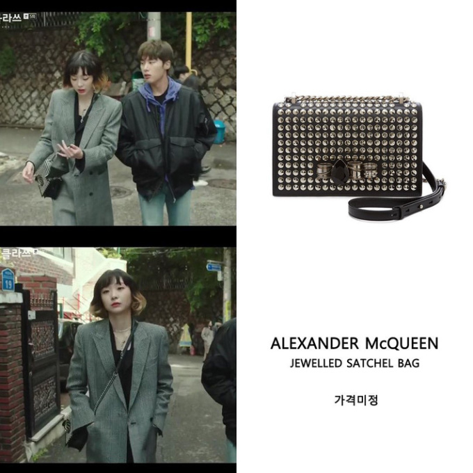 """Chiếc túi đinh tán hiệu Alexander McQueen có giá """"sương sương"""" khoảng 53 triệu đồng."""