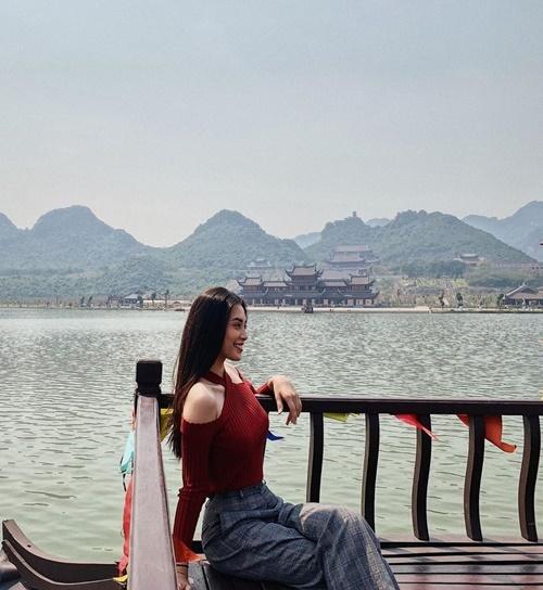 Tiểu Vy thăm chùa Tam Chúc, Hà Nam.