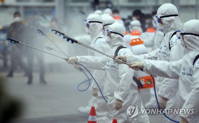 Binh lính quân đội Daegu phun thuốc khử trùng. Ảnh: Yonhap.