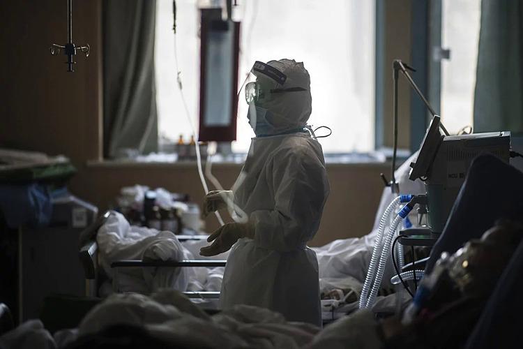 Bác sĩ điều trị cho bệnh nhân nhiễm nCoV tại bệnh viện ở Vũ Hán, Trung Quốc. Ảnh: Xinhua.