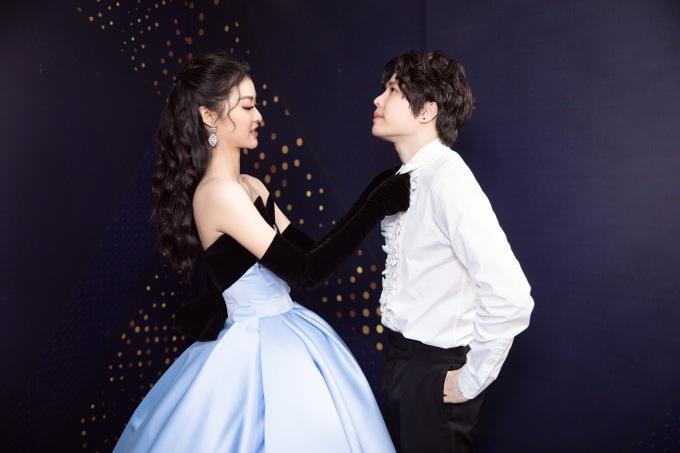 """Ở hậu trường, Kiều Loan và Trịnh Thăng Bình thể hiện sự thân thiết. Á hậu không ngại chăm sóc, chỉnh sửa lại trang phục cho """"Romeo""""."""