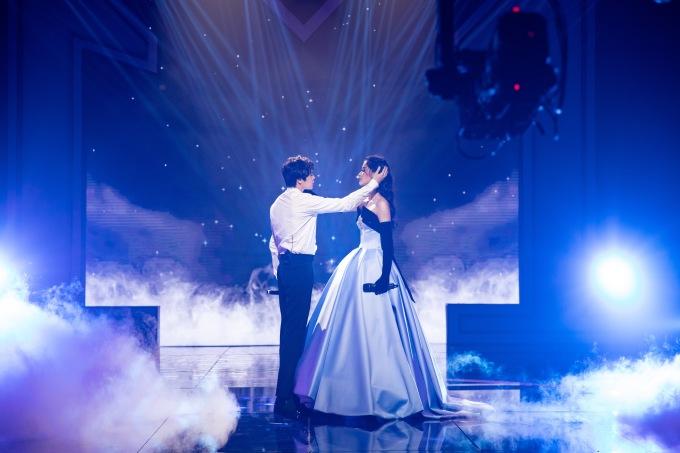 Trên sân khấu, cả hai hóa thân thành đôi tình nhân, thể hiện tình yêu vừa thổn thức, vừa da diết.