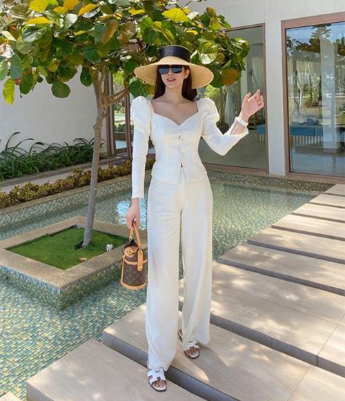Diệp Lâm Anh đi biển đầu hè với cây trắng kết hợp mũ cói.
