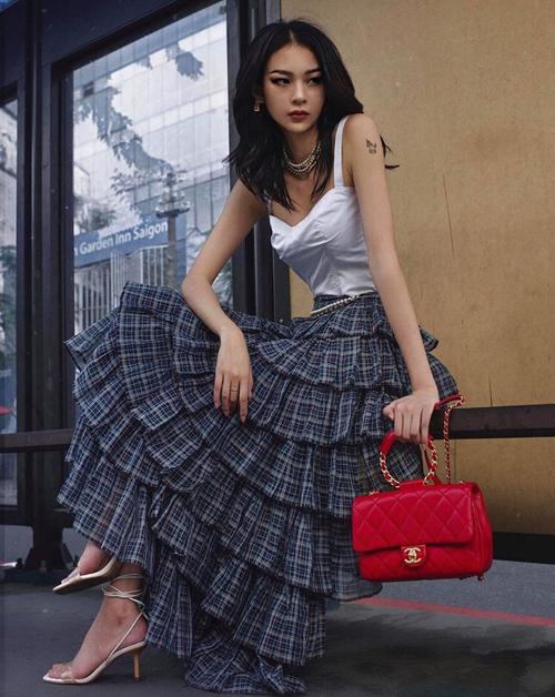 Phí Phương Anh hóa quý cô Chanel quyến rũ với chiếc túi xách đỏ rực làm điểm nhấn.