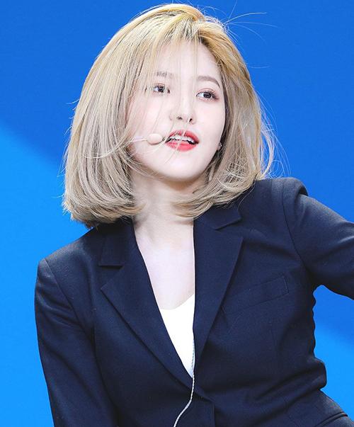Vốn không phải là thành viên có ngoại hình nổi bật trong Red Velvet, Yeri bùng nổ nhan sắc khi cắt tóc ngắn, đặc biệt là nhuộm tông vàng. Trên Pann, cô nàng xếp đầu tiên trong danh sách những nữ idol có kiểu tóc ngắn đáng được coi là huyền thoại.