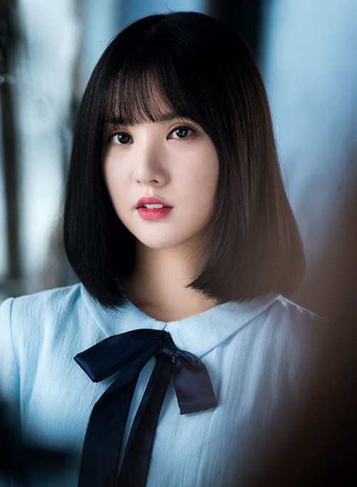 Với đường nét dễ thương như búp bê, Eun Ha khi để tóc ngắn trông chẳng khác gì các nữ sinh trung học. Đây cũng là kiểu tóc gắn bó với cô nàng suốt thời gian dài, chỉ cần nhắc đến idol tóc ngắn là fan lập tức nghĩ đến Eun Ha.