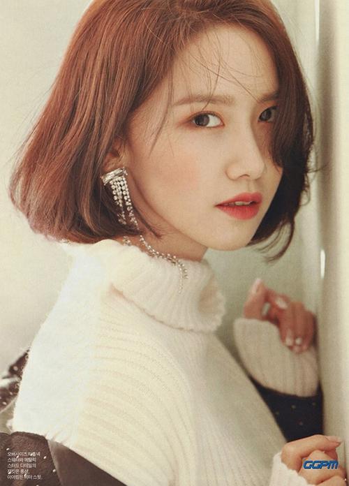 Gắn bó thời gian dài với hình ảnh dịu dàng, thanh lịch nhưng Yoona để lại ấn tượng sâu sắc nhất khi cắt tóc ngắn. Mái tóc bob ngôi lệch tôn lên gương mặt thon gọn của người đẹp.