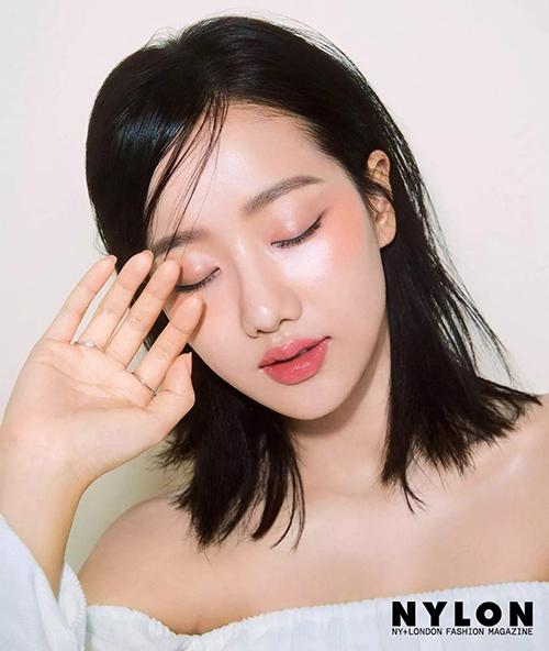Nếu như các idol đua nhau nhuộm sáng để giúp diện mạo nổi bật hơn, thì Na Eun lại đạt đến đỉnh cao nhan sắc từ khi để tóc tối màu. Đi kèm theo đó là kiểu tóc tỉa layer, trông vừa tự nhiên lại rất nữ tính.