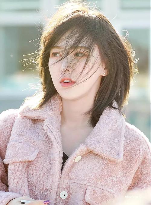 Vốn đã rất xinh đẹp nhưng phải đến khi cắt tóc, Wendy mới thực sự tạo nên cơn sốt. Kiểu tóc tỉa layer vừa cá tính vừa sang chảnh của cô nàng từng là hot trend, được các cô gái Hàn cắt nhiều nhất ở salon.
