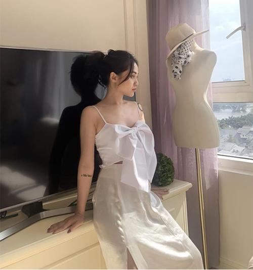 Bắt nguồn từ sự lăng xê của Jennie và sau đó là hàng loạt ngôi sao khắp Âu Á, áo đính nơ khổng lồ của Chanel thành hot trend với hội sành. Tuy nhiên không phải ai cũng có điều kiện để rước về chiếc áo giá đến hơn 30 triệu đồng. Nhiều hãng thời trang trong nước vì thế cho ra mắt các mẫu áo hai dây đính nơ xinh xắn không kém nhưng giá chỉ bằng 1/100.