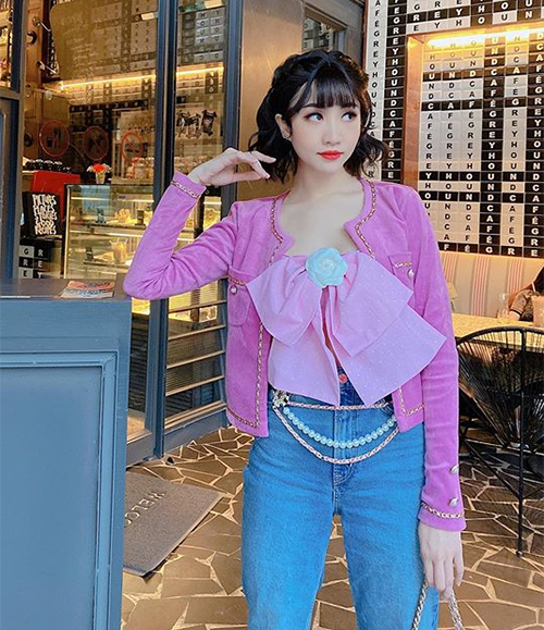 Phong cách mix đồ với áo hai dây đính nơ đi kèm jacket màu sắc giống Jennie cũng được nhiều cô gái Việt học hỏi, tạo nên set đồ cực sang chảnh những ngày giao mùa đầu hè.