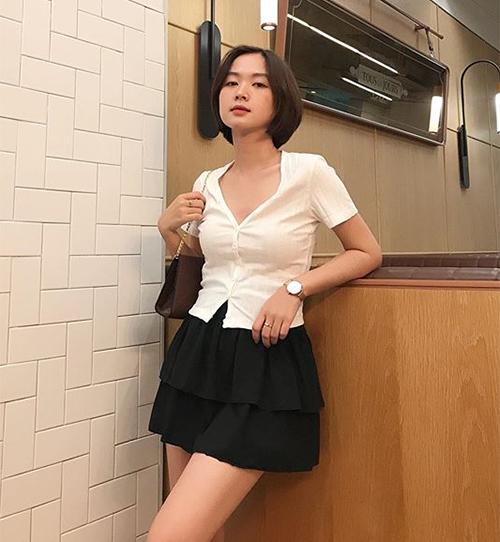 Với kiểu áo này, các cô gái có thể tùy ý diện theo cách kín đáo hay sexy, bằng cách cài kín khuy hoặc buông hờ cúc trên, dưới.