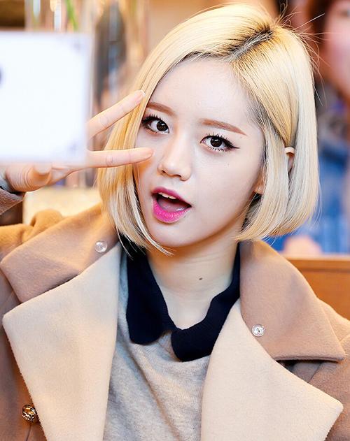 Hyeri được netizen nhớ đến nhiều nhất với mái tóc bob bạch kim. Đây cũng là kiểu tóc huyền thoại giúp cô nàng tôn trọn vẹn nhan sắc.