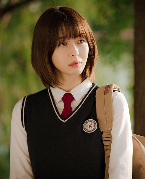 Sinh năm 1991, năm nay 29 tuổi nhưng Kwon Nara vẫn dễ dàng nhập vai cô nữ sinh Soo Ah trong hai tập đầu của Itaewon Class. Thời điểm này, Soo Ah để kiểu đầu bob mái thưa, tỉa so le gợi nhớ đến các cô gái Nhật Bản.