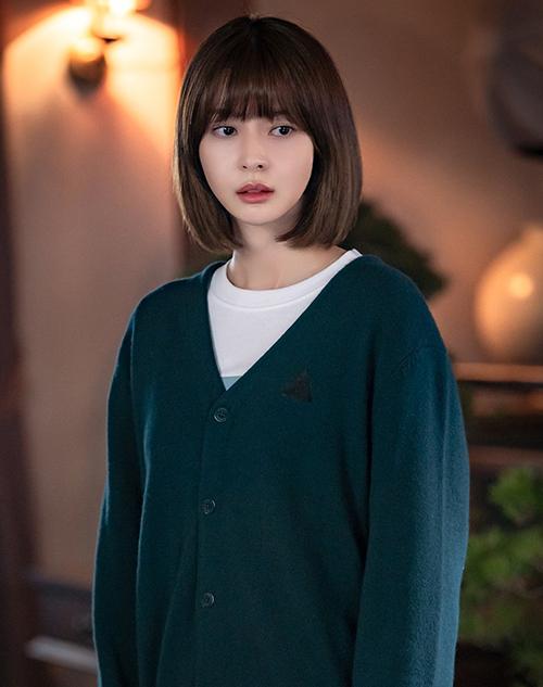 Mái tóc ngắn màu nâu hạt dẻ rất hợp với gương mặt thanh tú của Nara, giúp cô trông rất trẻ trung và ngọt ngào.