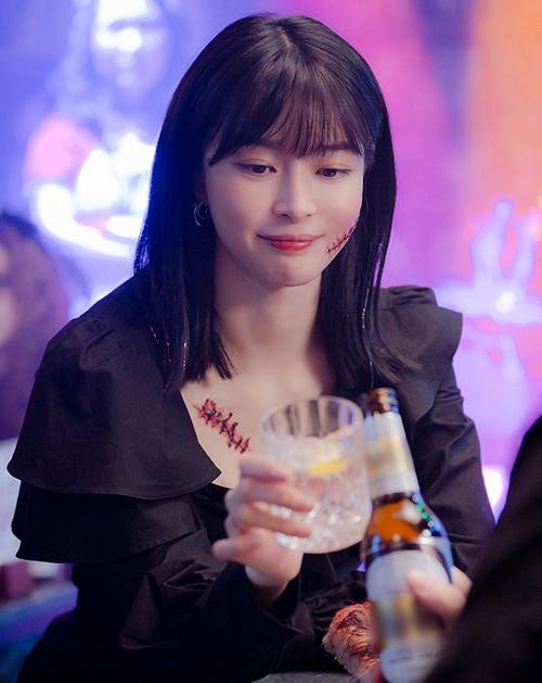 Phân cảnh Soo Ah vào đại học và gặp lại cậu bạn cấp ba chỉ diễn ra trong thời gian ngắn, tuy nhiên ê kíp phim vẫn thay đổi tạo hình của Nara cho phù hợp. Thay cho kiểu tóc ngắn xinh yêu trước đó, cô được đổi sang đầu lob màu đen với phần đuôi uốn vểnh nhẹ.