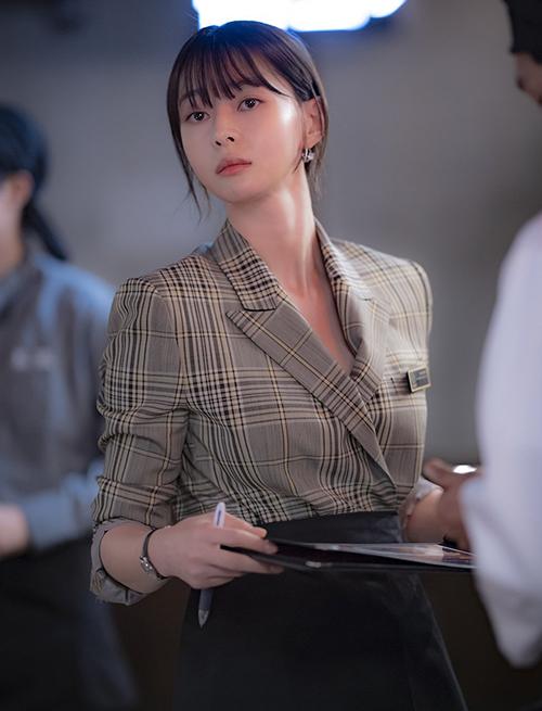 Với kiểu tóc này, Soo Ah thường áp dụng các cách như buông xõa hoặc búi thấp, phù hợp với môi trường làm việc và những bộ vest đậm chất công sở.