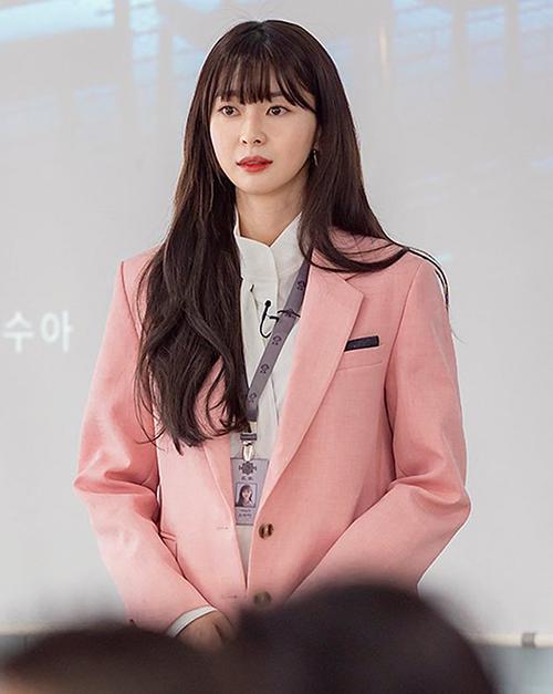 Càng theo thời gian, mái tóc của Soo Ah cũng dài ra. Sau này khi đã thành một quý cô công sở, cô trung thành với kiểu tóc dài đến lưng, uốn xoăn sóng bồng bềnh.