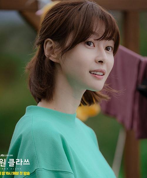 Với mái tóc ngắn trong trẻo, Soo Ah thường để tóc uốn cụp hoặc buộc nửa, hợp với hình ảnh một cô nữ sinh năng động.