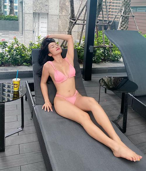 Yaya Trương Nhi nổi tiếng có vòng ba săn chắc nên cũng rất chuộng bikini khoét hông cao, phần dây siêu mảnh tăng độ táo bạo.