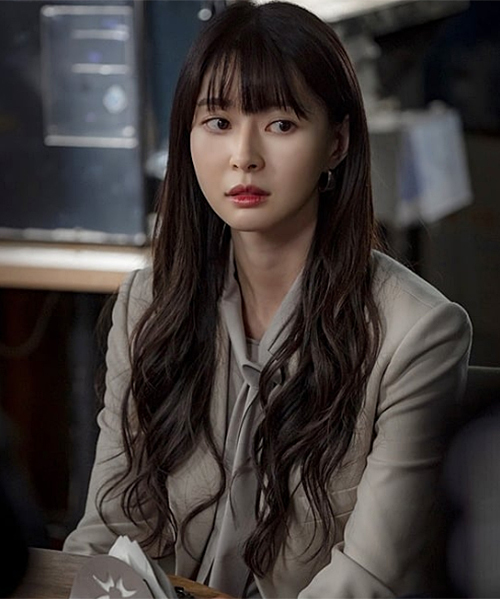 Vẫn giữ nguyên mái thưa như thuở 18, Soo Ah của 10 năm sau trông trưởng thành, khí chất hơn nhưng vẫn giữ được sự trẻ trung.