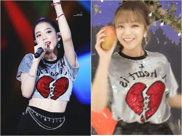 Stylist của Black Pink có sở thích cắt áo, thường biến áo phông của Ji Soo thành crop trop gợi cảm. Jeong Yeon chọn set đồ cơ bản như áo phông bỏ trong quần, thể hiện sự năng động, thoải mái.