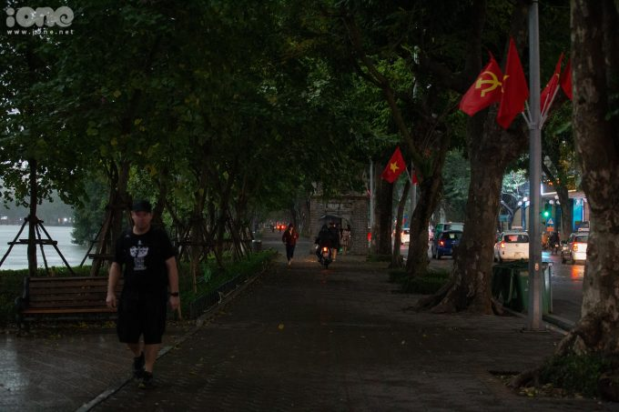 Khu vực hồ Hoàn Kiếm tối đen ngay giữa chiều khiến nhiều người ngạc nhiên.