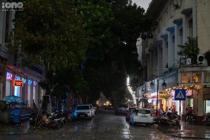 Nhiều nhà sách ở phố Đinh Lễphải bật đèn chiếu sáng bên ngoài lúc đầu giờ chiều.