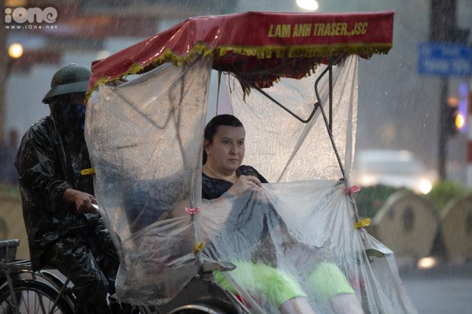 Cơn mưa lớn bất ngờ ập đến khiến nhiều du khách không kịp trở tay.