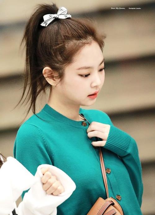 Buộc tóc bằng ruy băng hàng hiệu là xu hướng hot nhất mùa xuân hè năm nay, được nhiều ngôi sao sành điệu như Jennie (Black Pink) lăng xê. Sợi ruy băng in logo Chanel nhỏ nhưng có võ, giúp mái tóc của nữ idol trông nổi bật hơn hẳn.